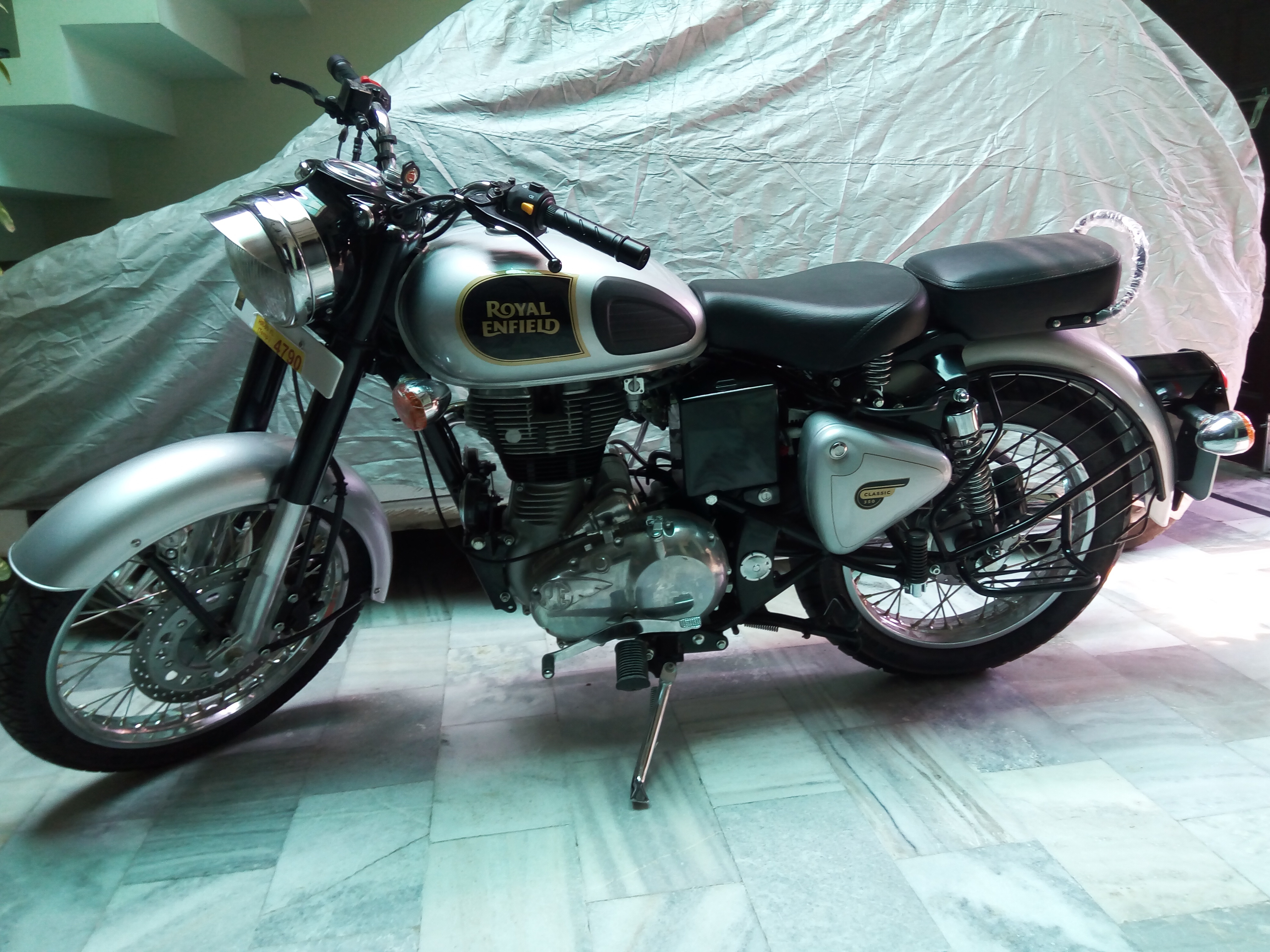 royal enfield classic 350 photos images and wallpapers. Black Bedroom Furniture Sets. Home Design Ideas