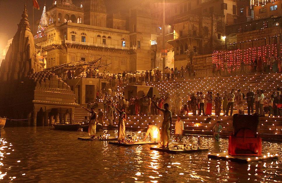 La ceremonia en los ghats de varanasi